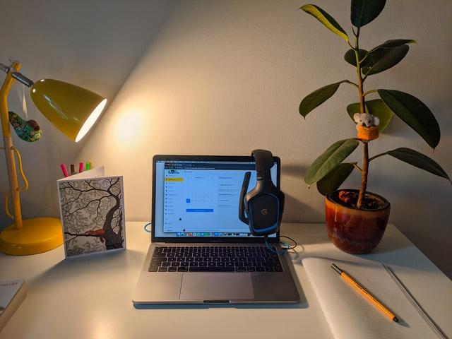 Werken op de laptop vanuit huis